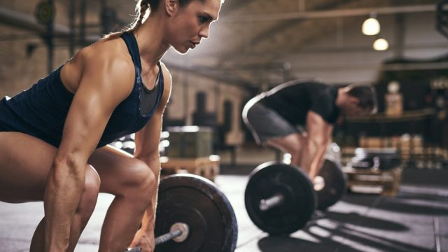 man and woman doing deadlifts to build muscle