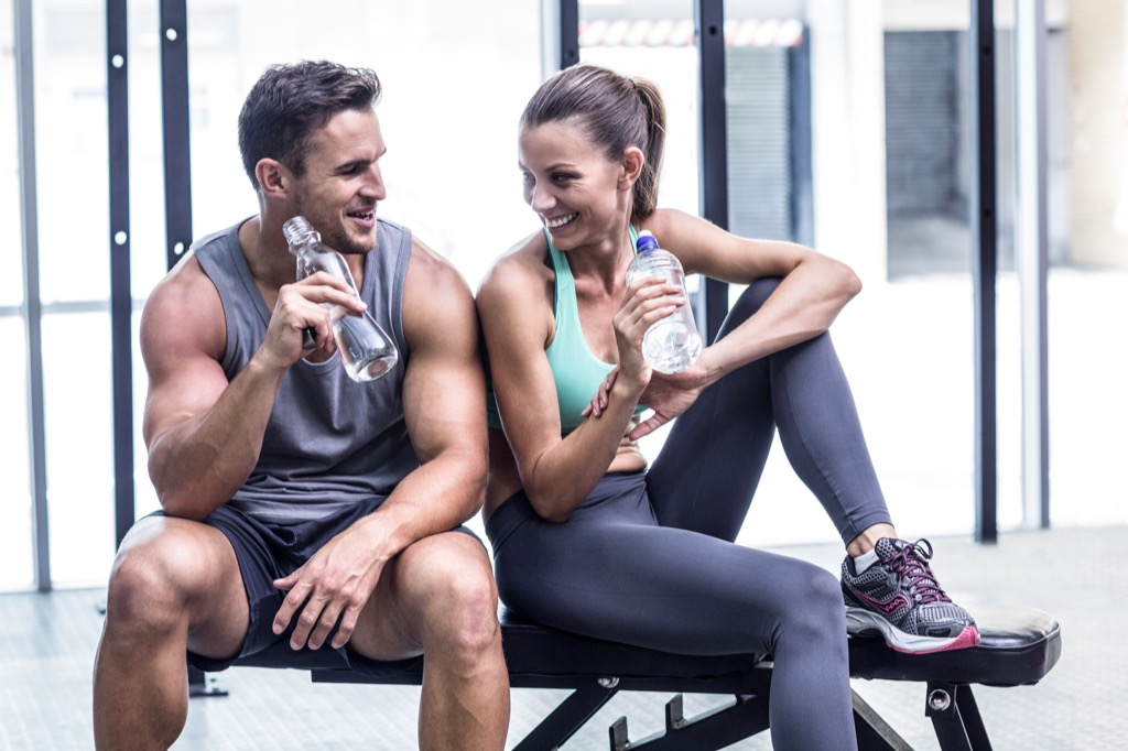 gym couple build muscle