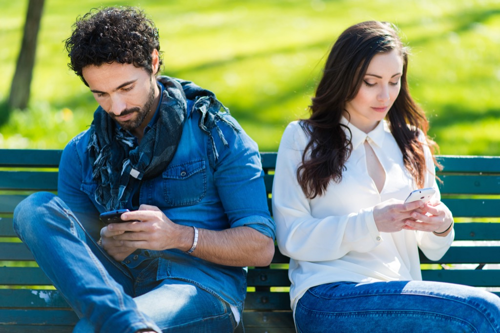 cell phone couple pet peeves in relationships