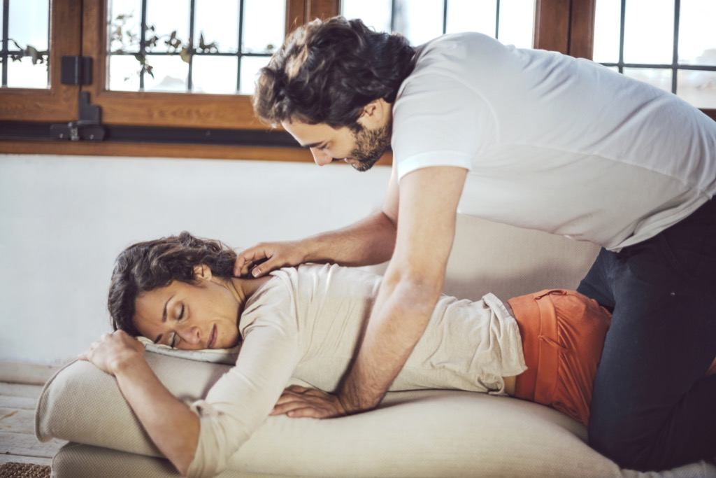 couple massages help relaxation