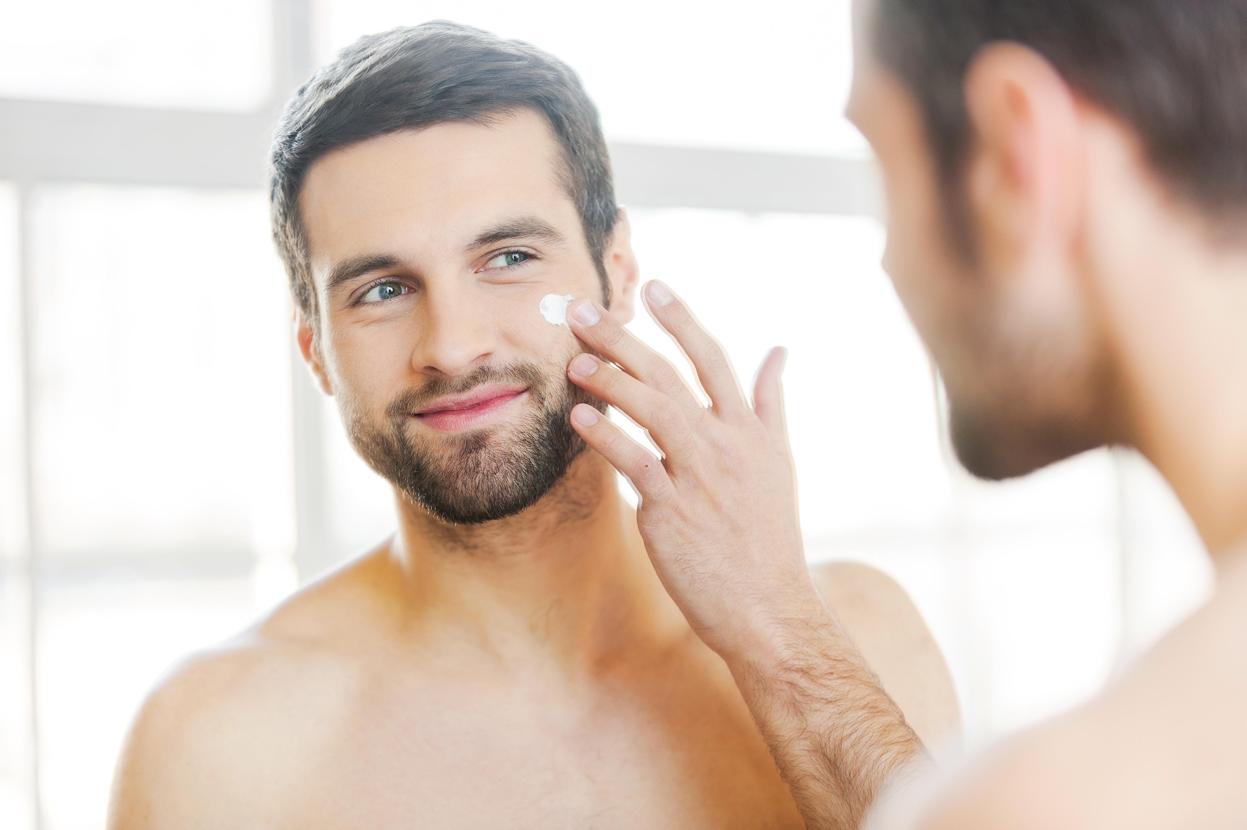 man applying moisturizer, healthy-skin-after-40-moisturizer