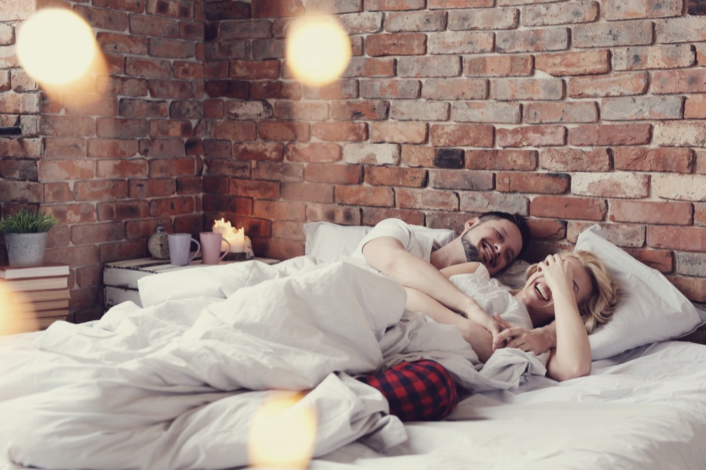 couple waking up in bed, good morning, 20 phrases to say to her