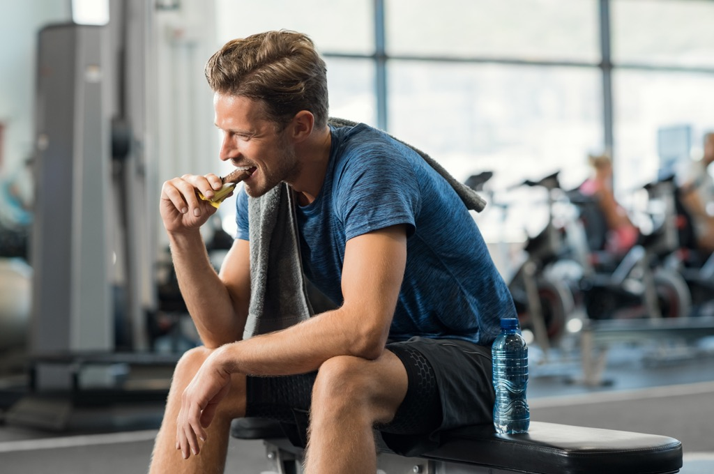 man eating a snack at the gym, weight loss motivation