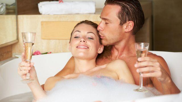 couple drinking champagne in a bubble bath, smart person habits