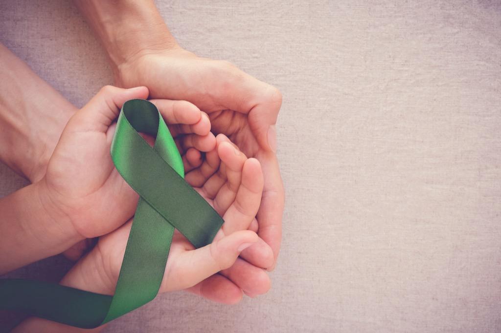 hands holding a gallbladder ribbon