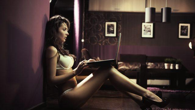 woman reading literotica on laptop
