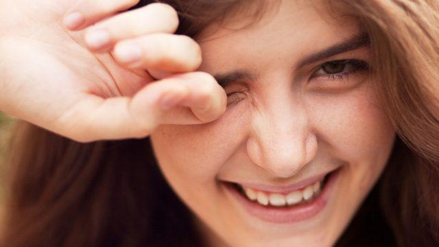 woman-rubbing-eyes