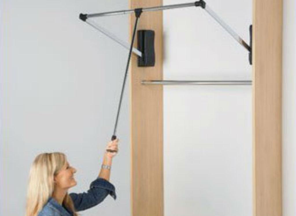 Pull-down closet rod organizing tip