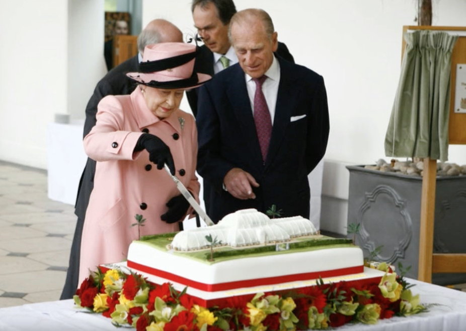 Queen Elizabeth Cutting Cake Royal Marriages