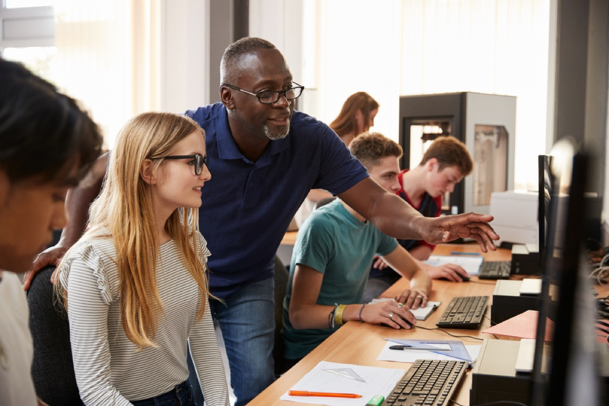 computer teacher helping student, things you should never say to a teacher
