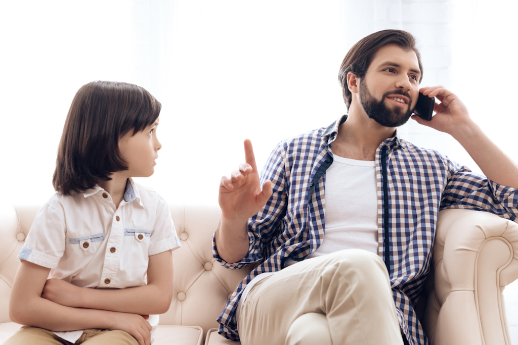 dad ignored angry kid while on phone
