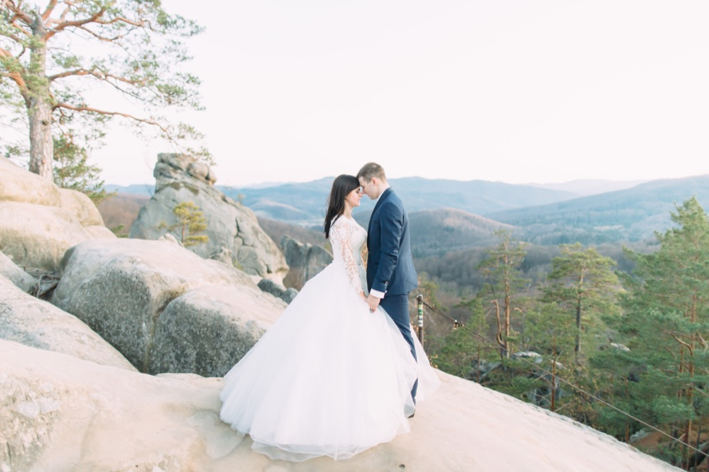 bride and groom mountains this is the age most people get married in every US state
