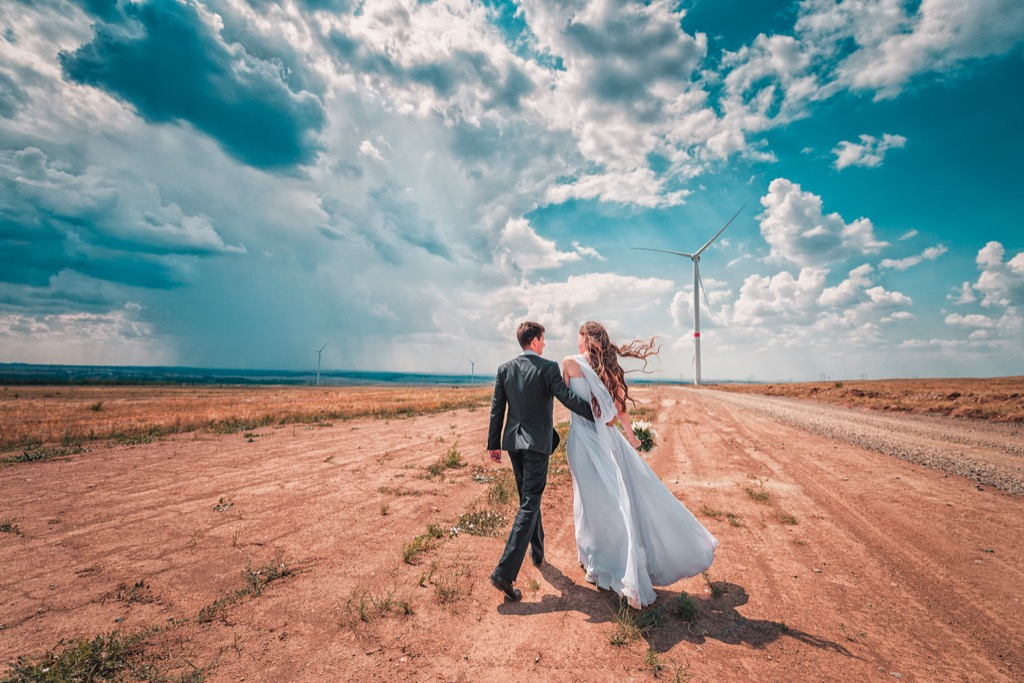 bride and groom walking in desert this is the age most people get married in every US state
