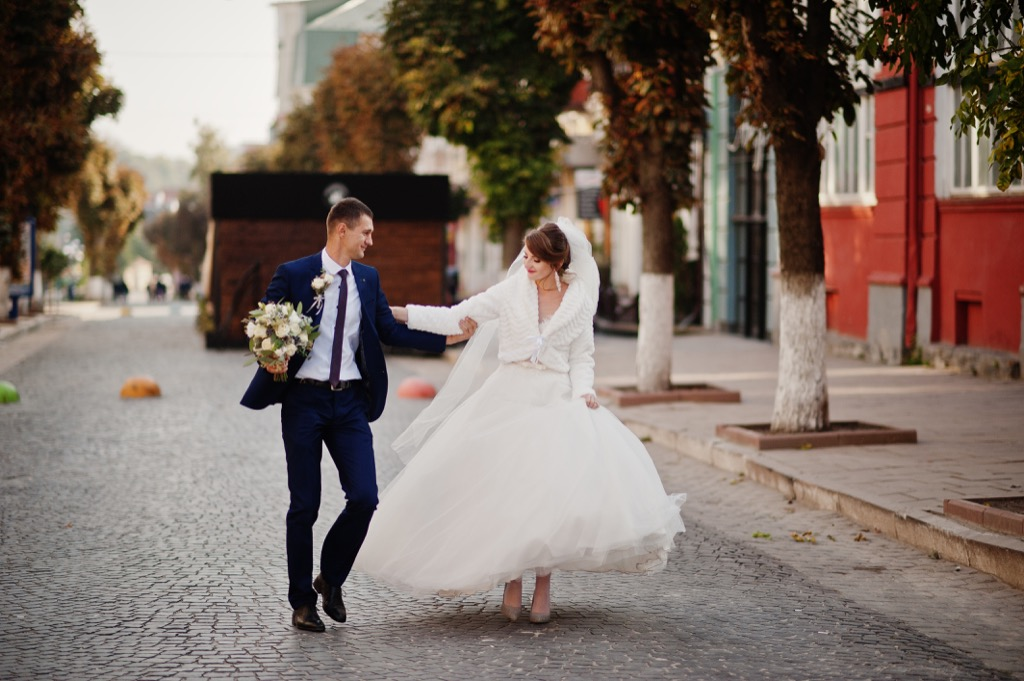 bride and groom walking down street this is the age most people get married in every US state