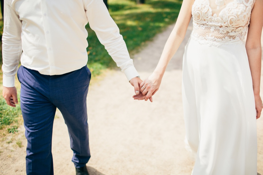couple holding hands this is the age most people get married in every US state