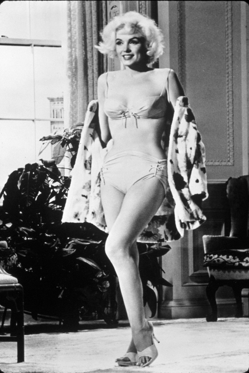 F6HFYR 1962, Film Title: SOMETHING'S GOT TO GIVE, Director: GEORGE CUKOR, Studio: FOX, Pictured: 1962, UNCOMFORTABLE, MARILYN MONROE, PIN-UPS, SELF CONSCIOUS, SWIM SUIT, BIKINI, MIDRIFF, LEGS, HIGH HEELS, SHOES, INTERIOR, SMILING, PLAYFUL, FORCED. (Credit Image: SNAP)