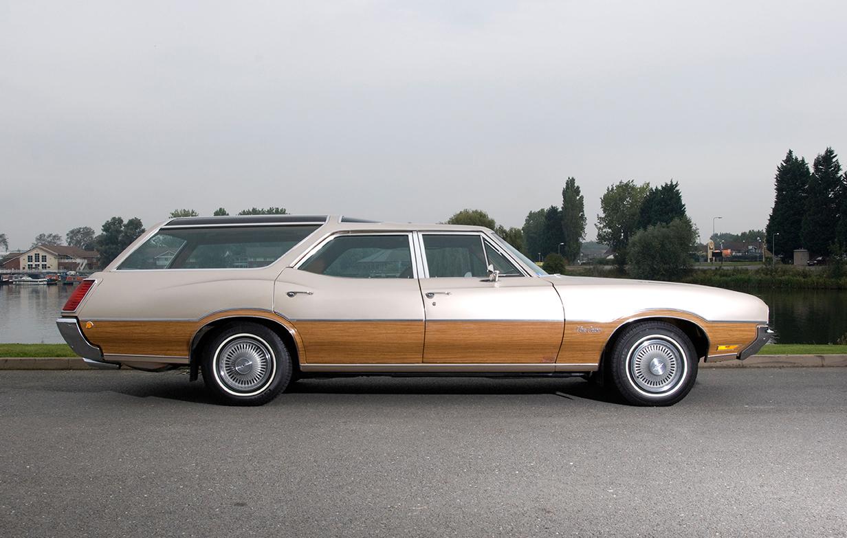 Oldsmobile Vista Cruiser woody station wagon 1970s American estate car