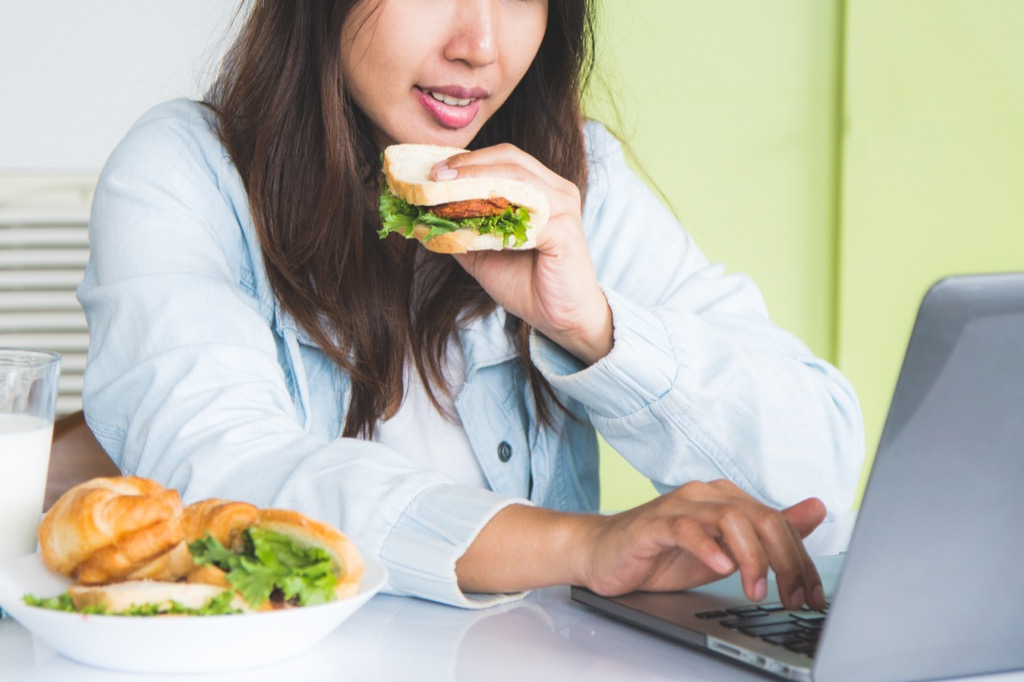 woman at work eating lunch at her desk