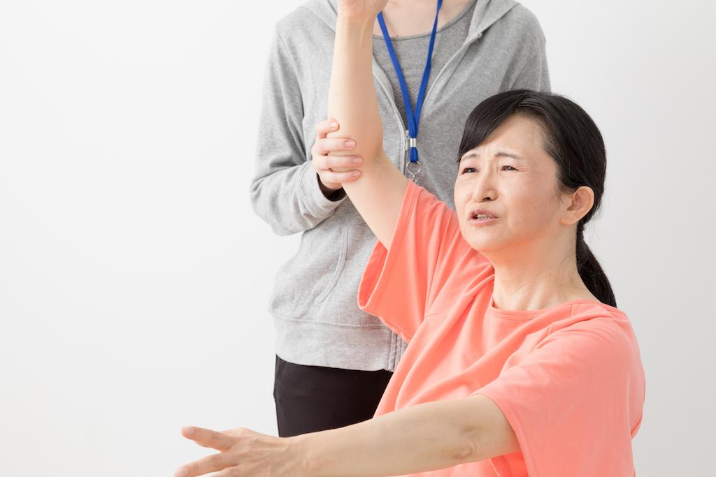 shoulder pain, frozen shoulder, asian woman at physical therapy, subtle symptoms of serious disease