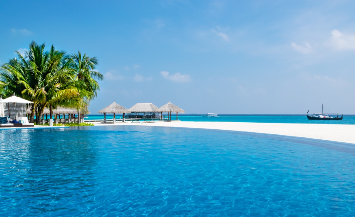 infinity pool velassaru Maldives