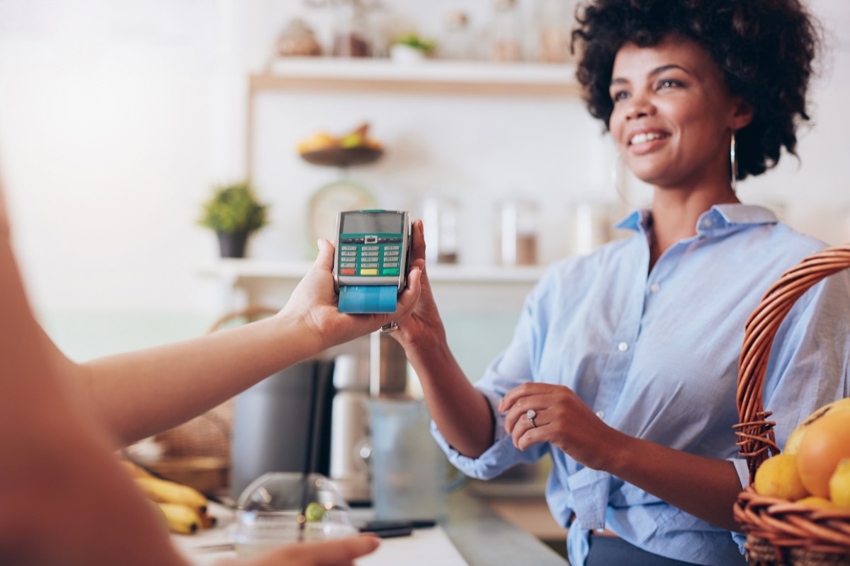 woman paying with card, never say to cashier