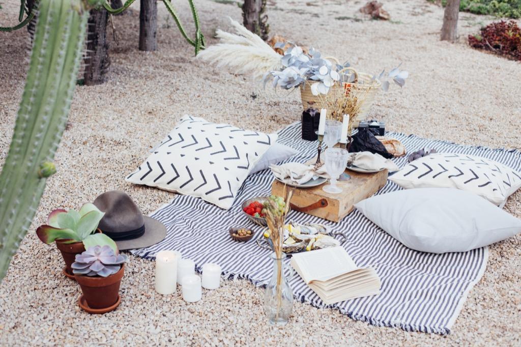 picnic date, date night ideas