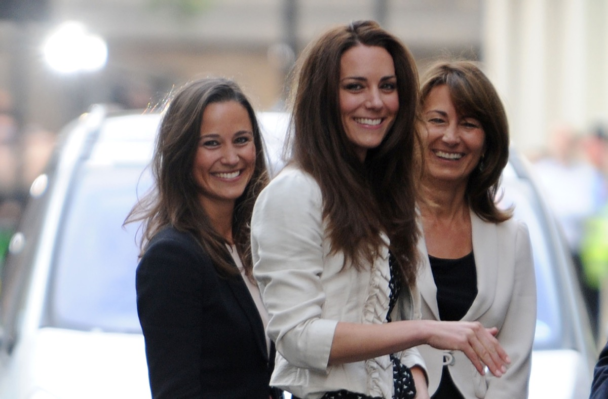 Kate Middleton (M) waves to the crowd outside the Goring Hotel in London, Great Britain, 28 April 2011 together with her Sister Pippa (L) and her mother Carole. London is preparing for the royal wedding of Britain's Prince William and Kate Middleton at Westminster Abbey on April 29.