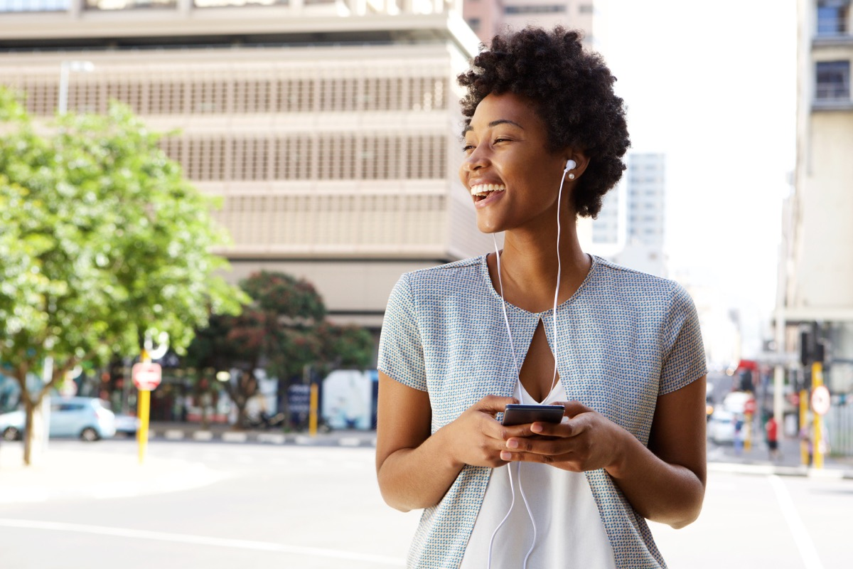 walking with headphones gross everyday habits