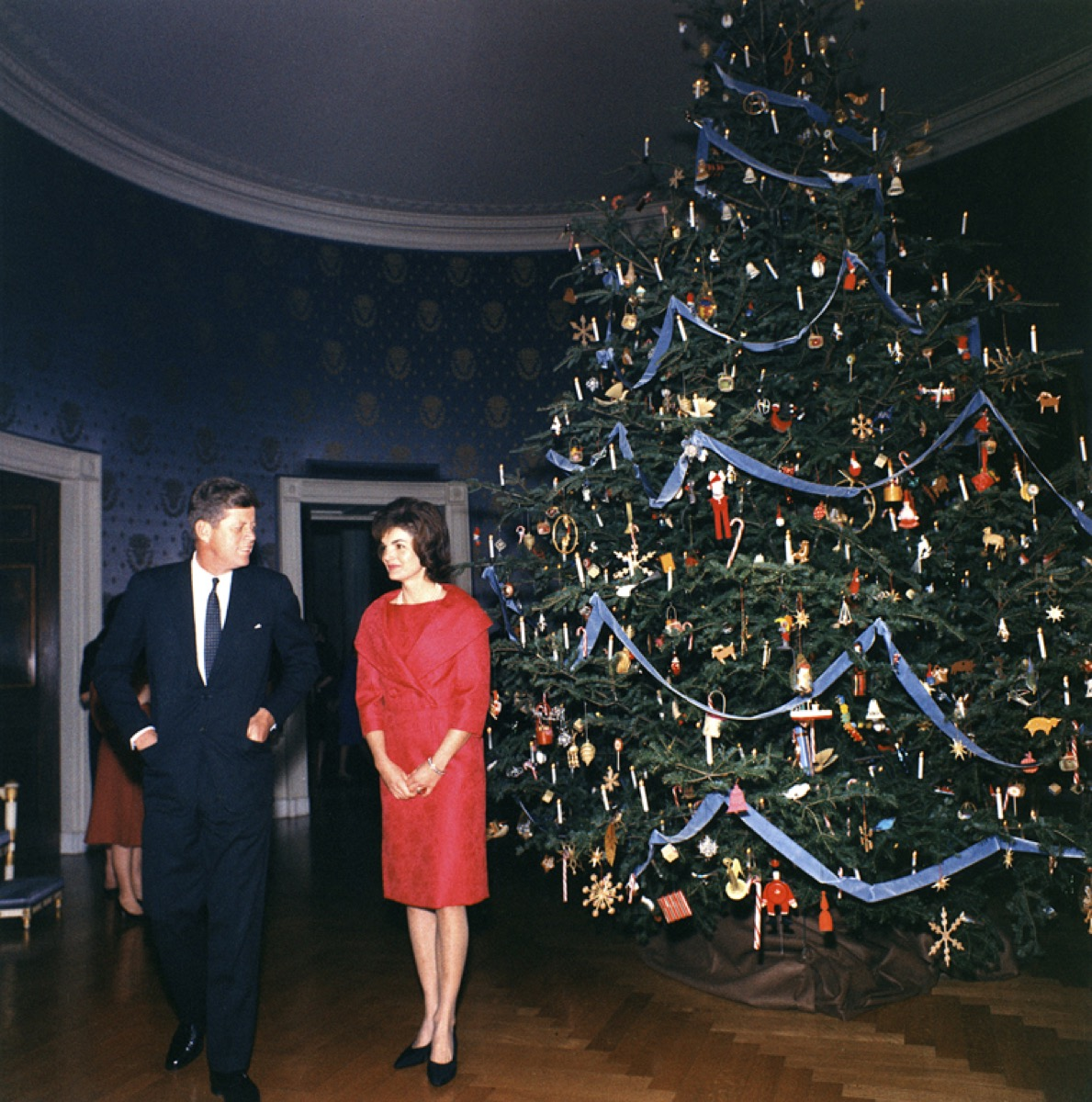 john f. kennedy and jaqueline kennedy onassis in blue room at white house with christmas tree