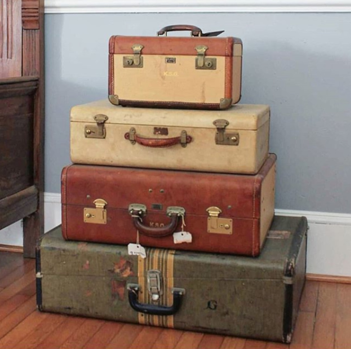 vintage-suitcases-stacked