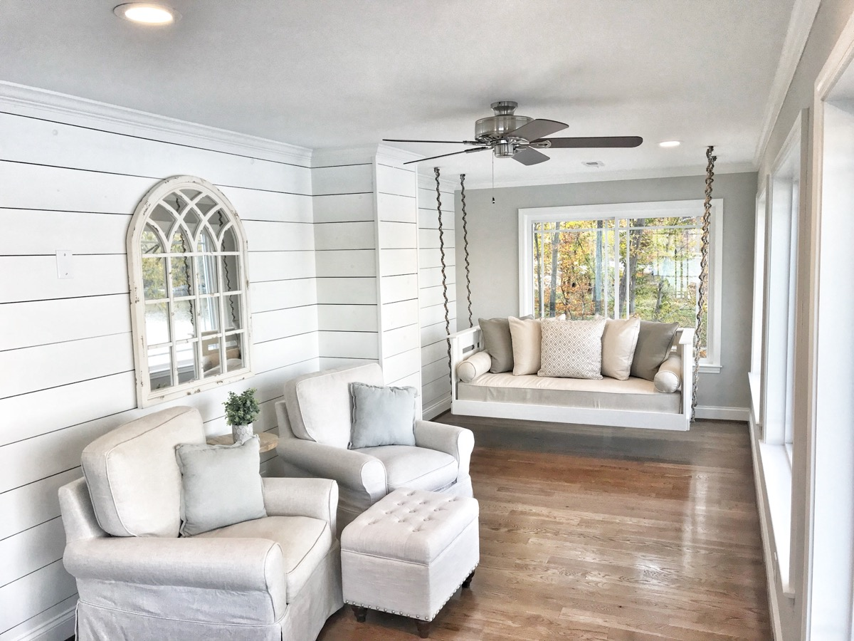 Textured wall and indoor swing in a lake house sun room