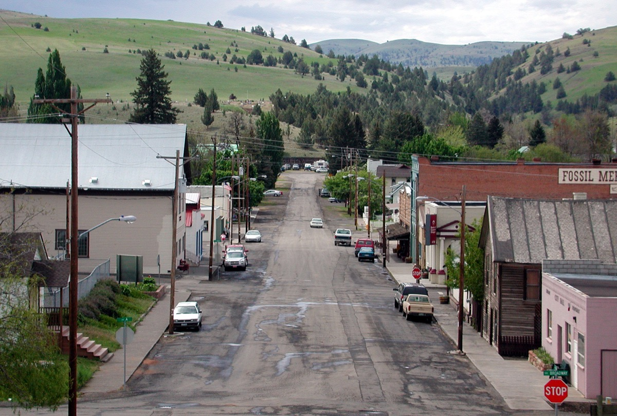 English: Main Street in Fossil, Oregon, looking south from the high school parking lot