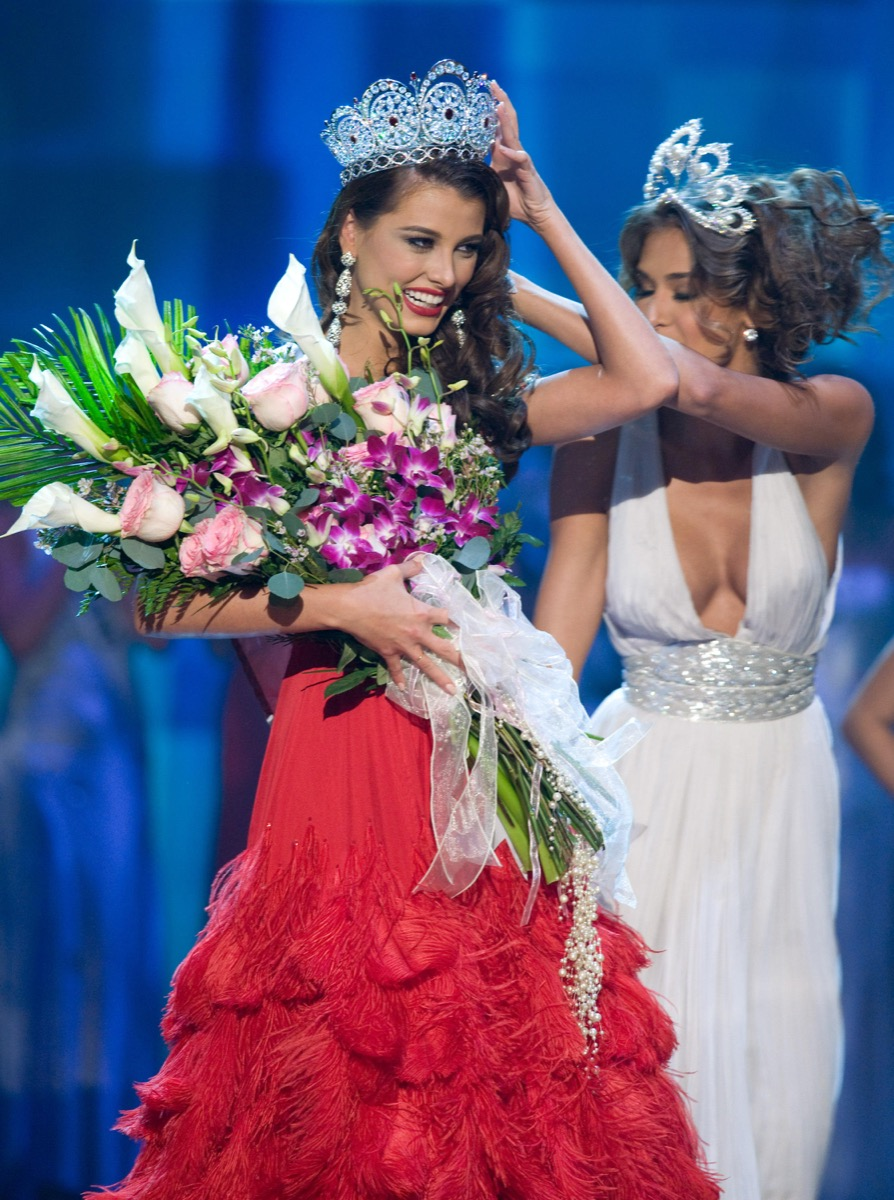 Stefania Fernandez is crowned by former titleholder Dayana Mendoza at miss universe