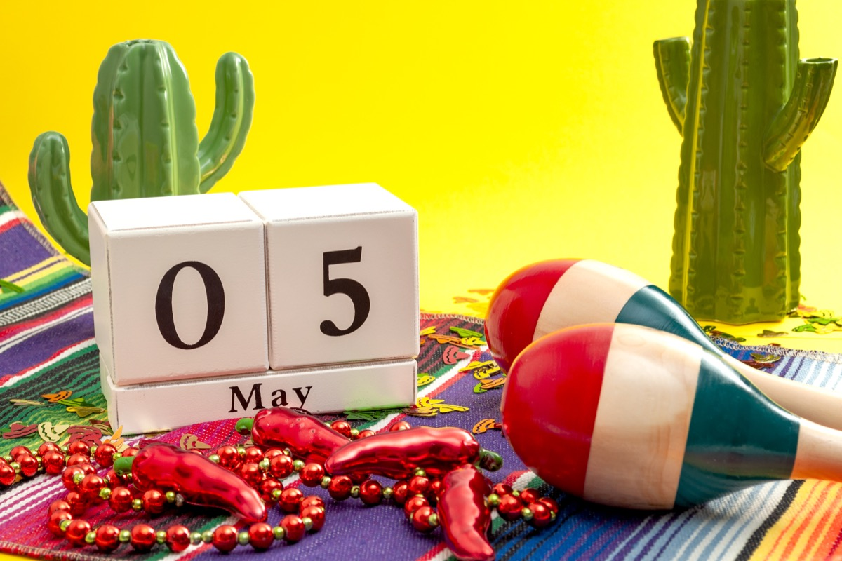 cinco de mayo sign calendar and props