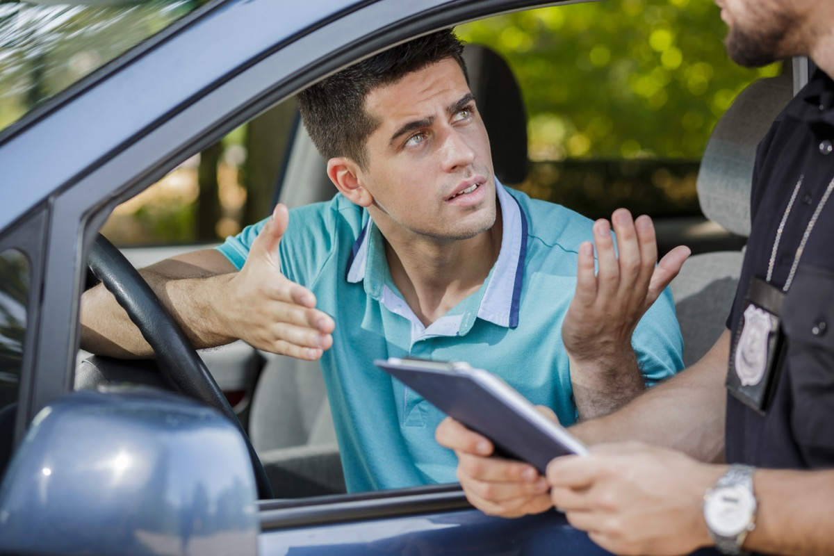 man arguing with police officer things you should never do when getting pulled over
