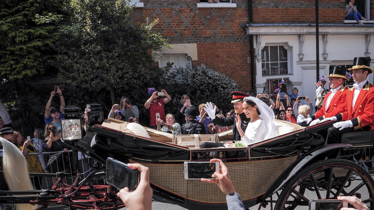meghan harry drive away from wedding in carriage