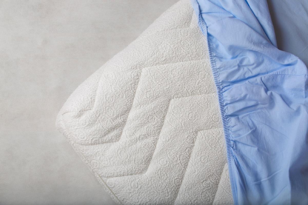 blue fitted sheet on mattress, diy hacks
