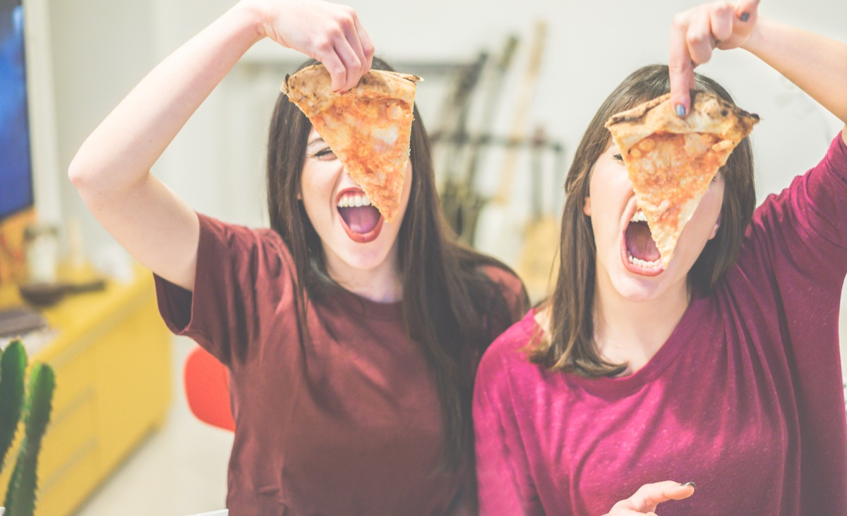 friends eating pizza together things women do with their friends