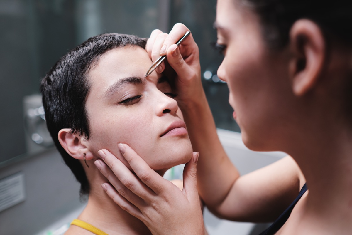 friends tweezing eyebrows things women do with their friends