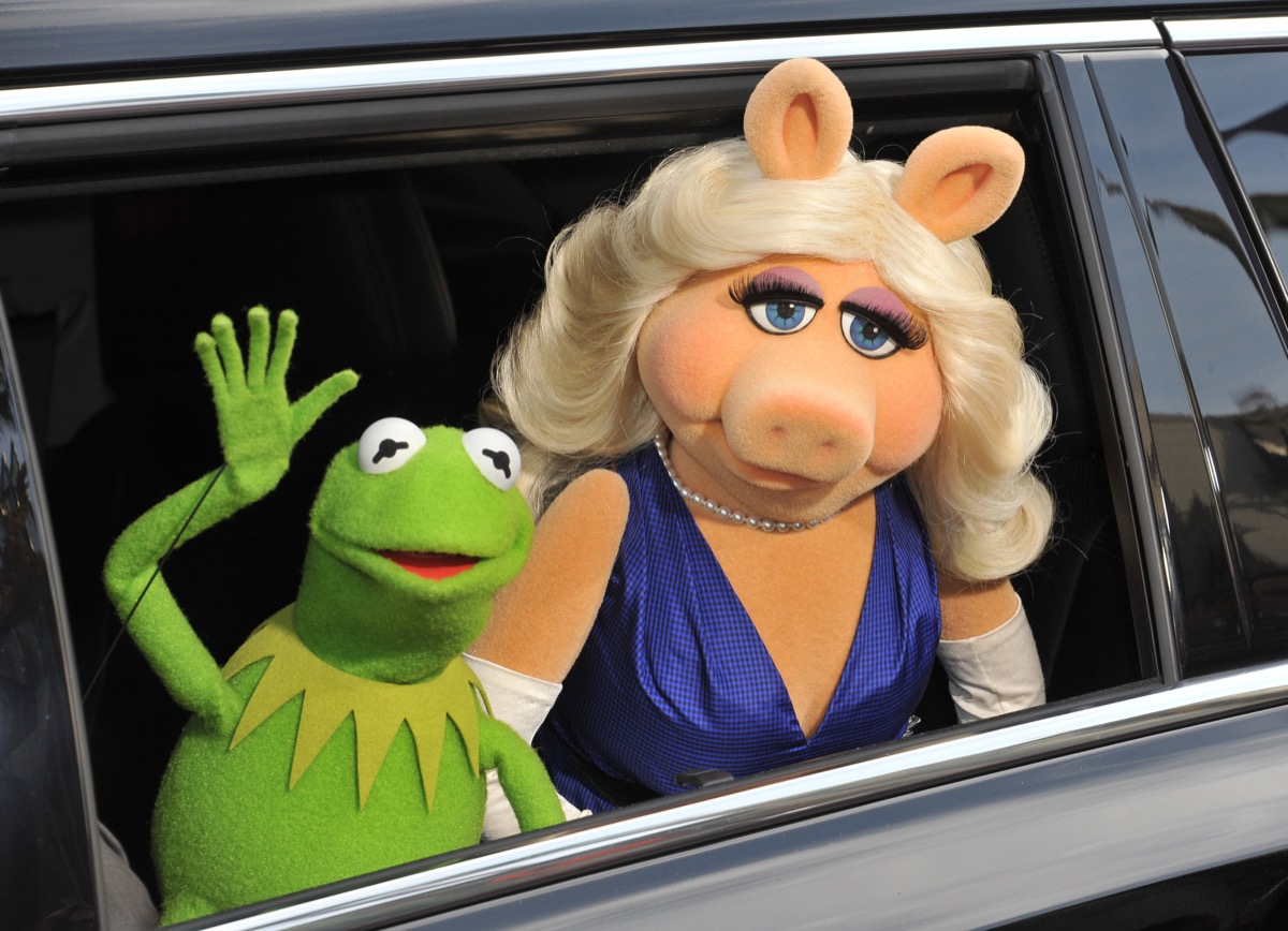 miss piggy and kermit the frog muppets
