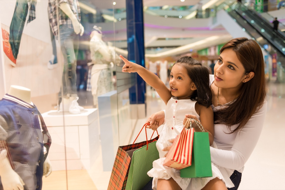 mom and daughter clothes shopping, things husband should notice