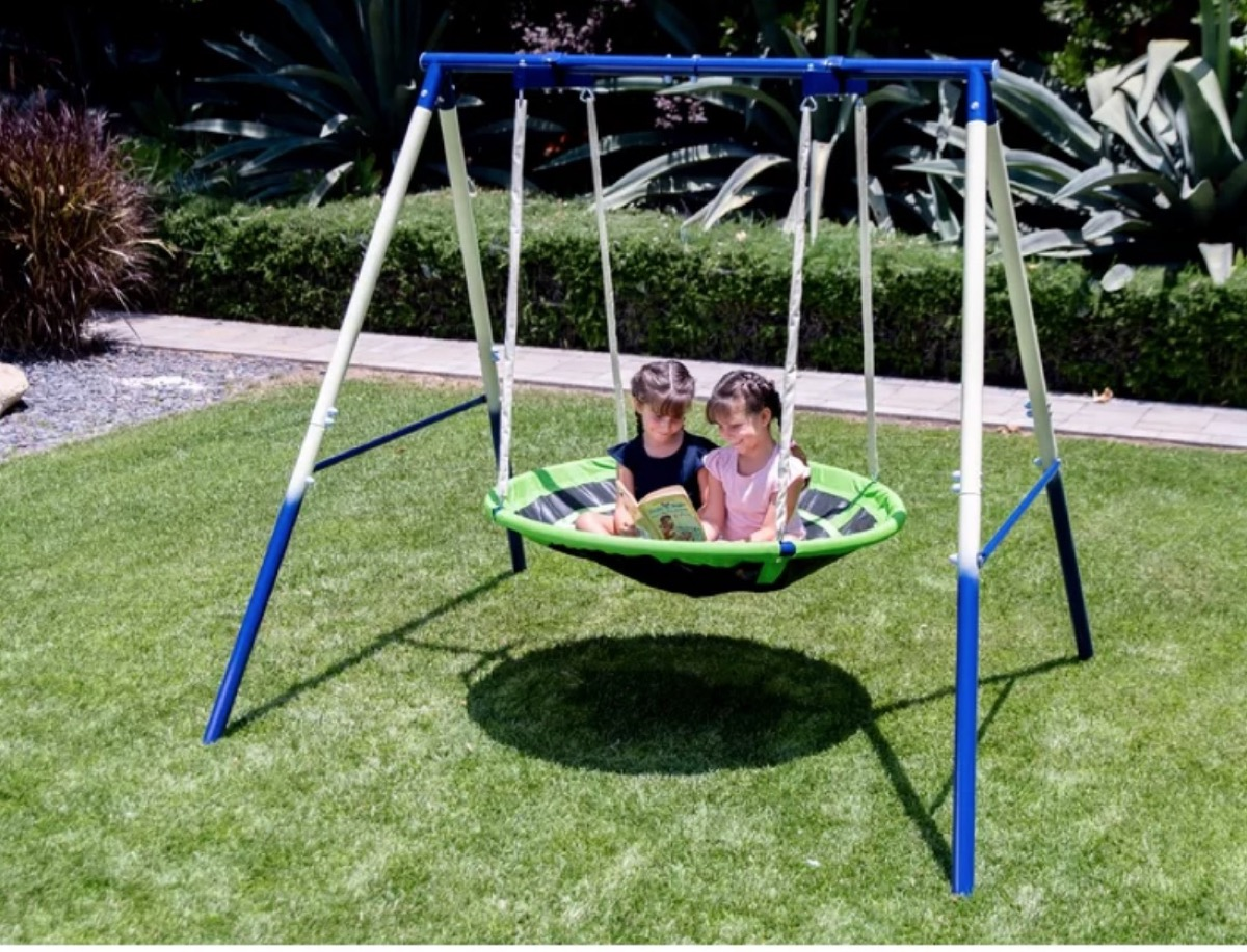 two children playing in saucer swing, best outdoor toys for toddlers