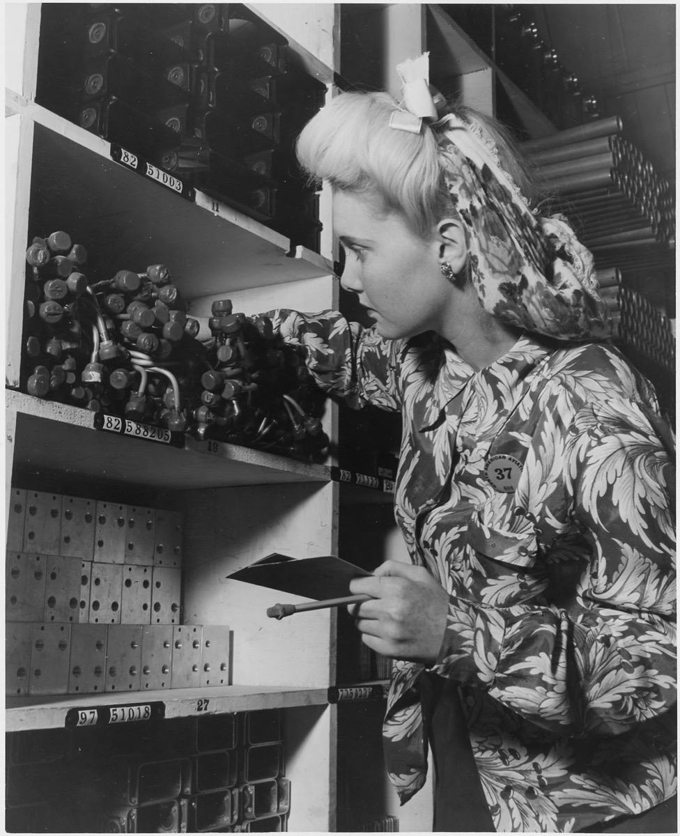 1940s woman in hair snood