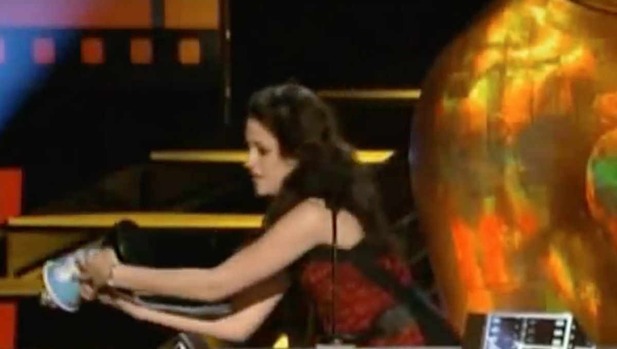 Kristen Stewart Drops MTV Award