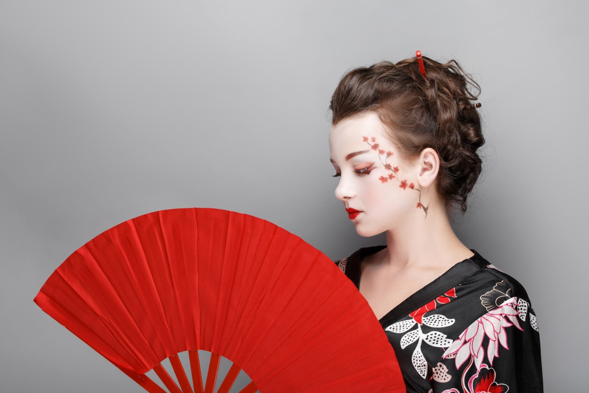 White woman inappropriately dressed up as a geisha