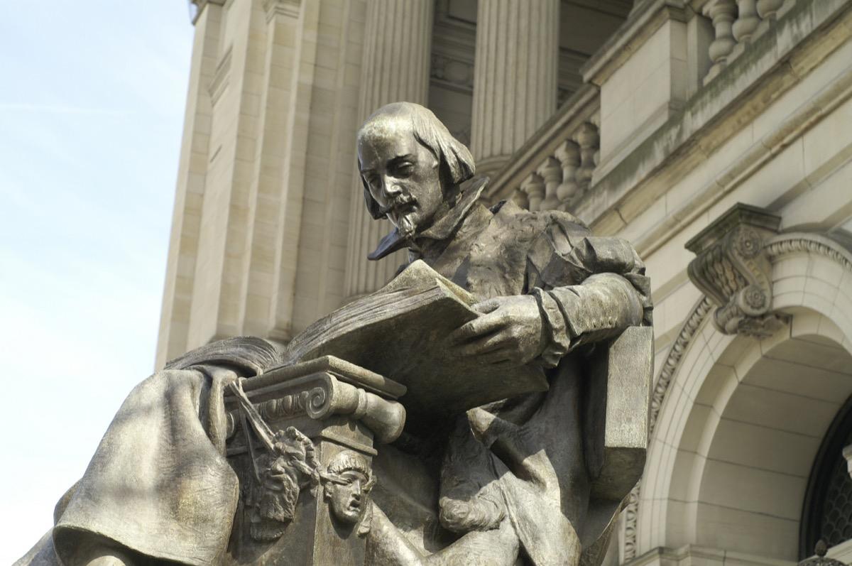Outdoor statue of william shakespeare