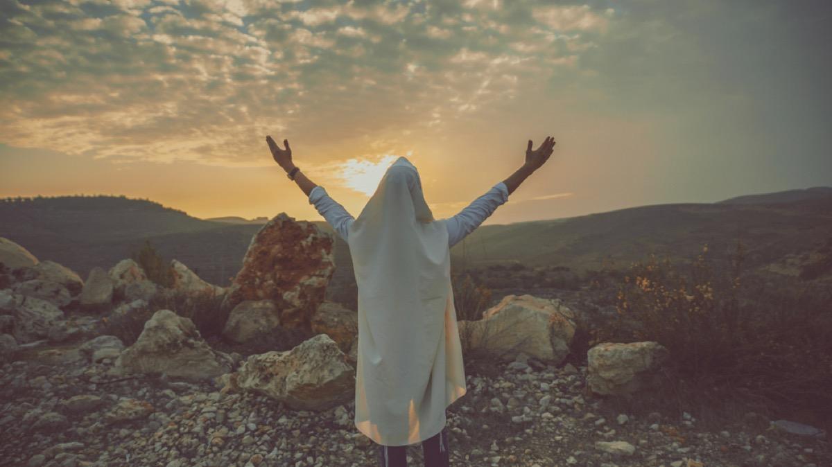 jewish man praying outdoors, rosh hashanah facts