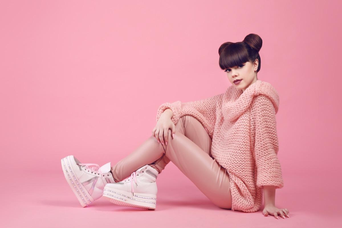 girl in wedge sneakers