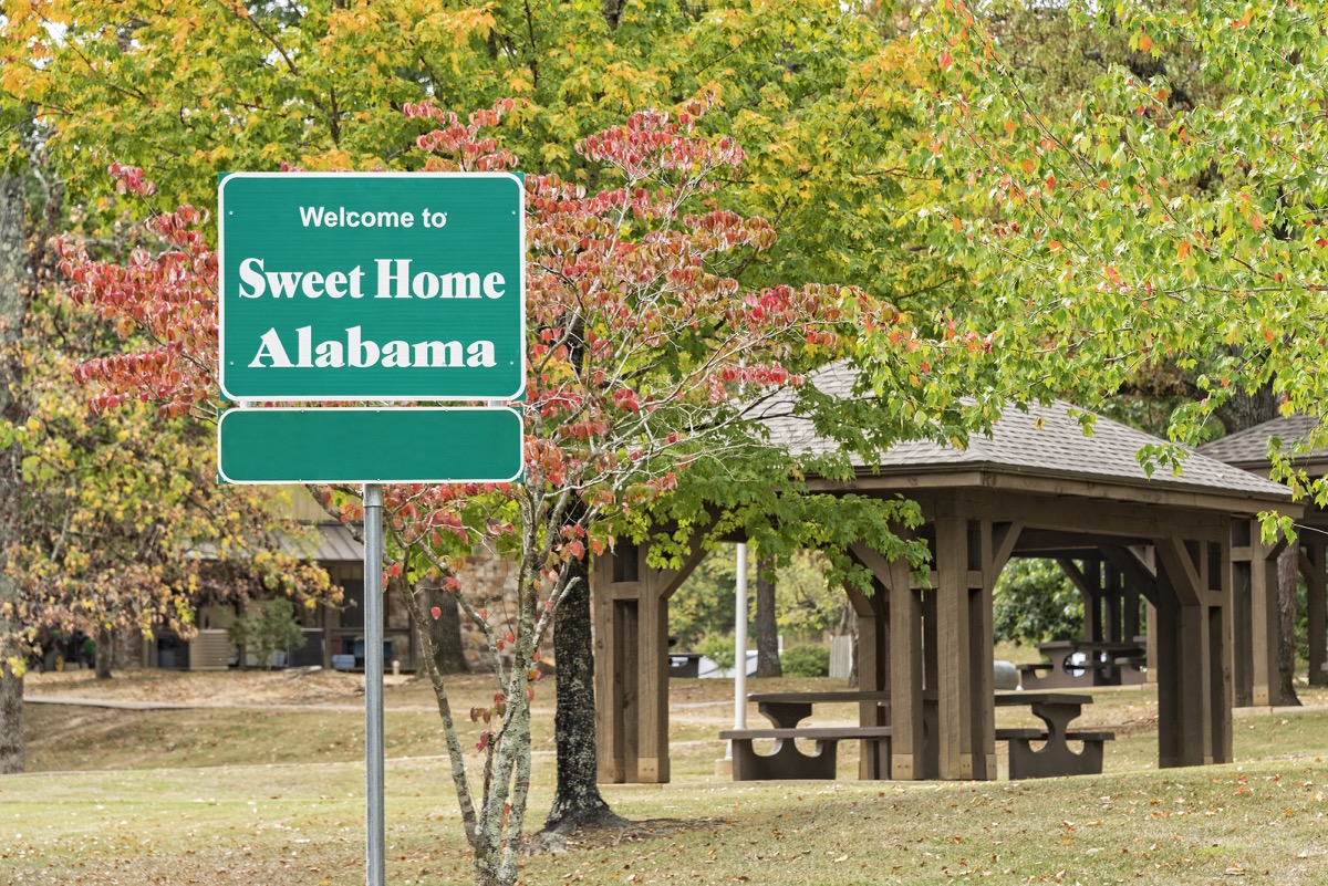 welcome sign for alabama