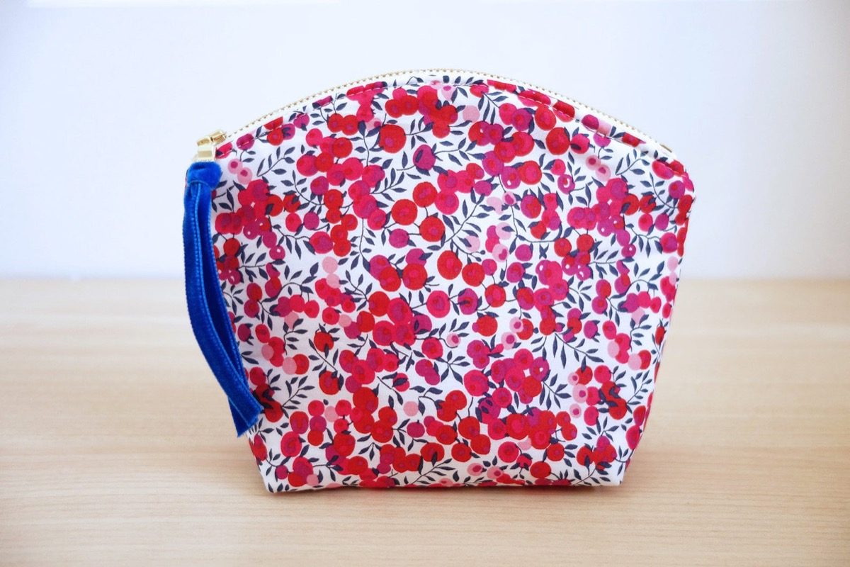 Rounded bag with wiltshire berry print